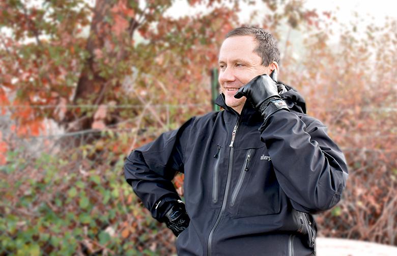 Der Bluetooth-Handschuh hi-Call von der Marke hi-Fun ermöglicht das Telefonieren via der Call-Me-Geste.